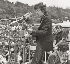 Newport Folk Festival How Bob Dylan And The Holy Trinity Changed Music Forever - Classic Rock Bob Dylan Quotes, Learn Guitar Chords, Ukulele, Rock Festivals, Music Photo, Ringo Starr, Folk Music, Wedding Humor, Jimi Hendrix