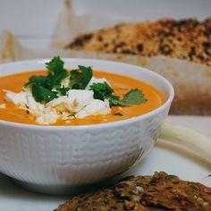 Krämig tomatsoppa med fetaost - Victorias provkök Raw Vegan Recipes, Veggie Recipes, Soup Recipes, Vegetarian Recipes, Healthy Recipes, Good Food, Yummy Food, Veggie Soup, Recipes From Heaven