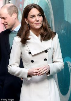 """""""Catherine, Duchess of Cambridge views artwork as she and Prince William, Duke of Cambridge visit Jigsaw, the National Centre for Youth Mental Health during day two of their visit to Ireland on March 2020 in Dublin, Ireland. Princess Victoria, Princess Mary, Princess Charlotte, Kate Und William, Prince William, Cosmopolitan, Herzogin Von Cambridge, Kate Middleton Style, Duke Of Cambridge"""
