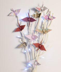 grues origami sur fagot de bois illuminé, décoration de noël, pour centre de table ou meuble, guirlande lumineuse avec : Accessoires de maison par origamis-toutenpapier