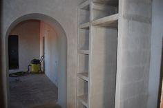 Kamer 1 vanuit de inkomhal met zicht op de kamer en badkamer.