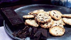 Chokoladespecier er en af julens absolutte favoritsmåkager. Og så er de nemme at lave. Brug mørk eller lys chokolade efter behag