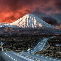Love LOVE driving the Desert Road! Ngauruhoe aka Mount Doom 💜 Desert Road, New Zealand via Amazing Universe and I 💙 New Zealand fb North Island New Zealand, South Island, Beautiful World, Beautiful Places, Desert Road, New Zealand Landscape, New Zealand Travel, Beautiful Sunrise, National Parks