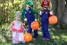 How to Make Mario and Luigi Costumes {Tutorial} - Smashed Peas & Carrots Princess Peach Halloween Costume, Luigi Halloween Costume, Sibling Halloween Costumes, Sibling Costume, Halloween Kids, Halloween 2017, Princess Costumes, Kid Costumes, Family Costumes