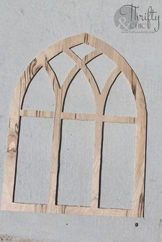 How to make a cathedral window frame tutorial. Decorating with window frames. Farmhouse decor and decorating ideas. Farmhouse Windows, Country Farmhouse Decor, Modern Farmhouse, Farmhouse Frames, Window Frame Decor, Decorating With Window Frames, Painted Window Frames, Diy Wanddekorationen, Diy Crafts
