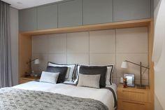 Paleta neutra e contraste de texturas criam apartamento moderno e sofisticado