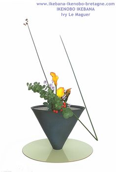 Japanese Flowers, Japanese Art, Ikebana, Arte Floral, Kyoto Japan, Different Styles, Bonsai, Flower Art, Professor