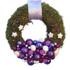 Karácsonyi kopogtató lila-fehér gömbökkel