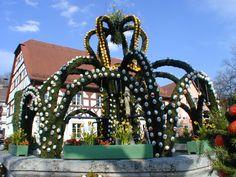 Schmücken der Osterbrunnen