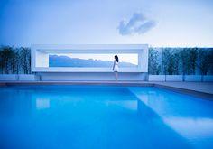La azotea, completa con una piscina hundida, ofrece una abertura alargada que enmarca una visión cinematográfica de las montañas de la Sierra Madre.