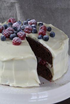 Rød fløyelskake med ostekremglasur og bær Red velvet cake with berries