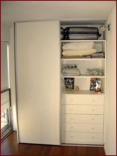 Interior blanco con frente de puertas corredizas. https://sites.google.com/site/carpinteria10ymuebles/