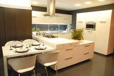 Cozinha moderna, cozinha branca com ilha e mesa de jantar
