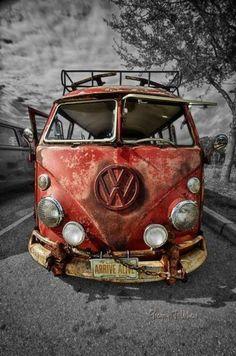 """Hackeo funcional— cualquier producto o servicio puede ser """"hackeado"""" de forma constructiva. Aquí claro está, la palabra claves es """"constructiva"""". Diga usted por ejemplo, Volkswagen podría agregar un artilugio que permita cambiar los pernos de los rines de sus vehículos con la cruceta de Toyota, cuando el escarabajo pinche una llanta.»Tres alternativas de alteración de mercado para Volkswagen"""