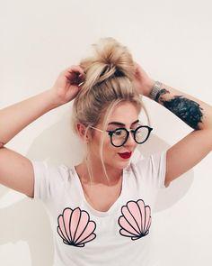 Genteee, corre que tem vídeo novo no canal  e borá bater um papo?! Tô morrendo de saudade de responder vcs ❤️ link do vídeo na bio Tumblr Fotos Instagram, Instagram Posts, Best Eyeglasses, Magical Photography, Eyewear Trends, Girls With Glasses, Girls Makeup, Alternative Girls, Tumblr Girls