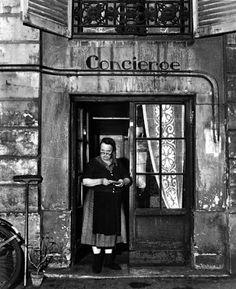 Robert Doisneau La concierge aux lunettes (The Concierge with the Glasses), Rue Jacob, Paris 1945 Robert Doisneau, Black And White Pictures, Black White, Gropius Bau, Street Photography, Art Photography, Creative Photography, Henri Cartier Bresson, French Photographers