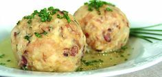 Tiroler Knödel Rezept Recipes from Austria: Tyrolean bacon dumplings from Burgenland Dumplings For Soup, Dumpling Recipe, Greek Recipes, Italian Recipes, Spaetzle Recipe, Ravioli Recipe, Austrian Cuisine, Comida India, Austrian Recipes