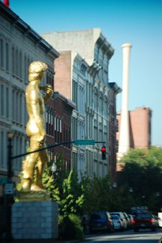 Giant David statue with Louisville Slugger bat in Background in Louisville, KY