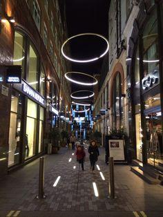 Pedestrian street lighting anneaux de led comme des auréoles et barettes lumineuses sur lesquelles sauter à pied joints!! #landscapinglighting