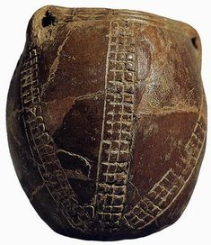 """Vaso neolitico de la Cueva de los Murciélagos (Córdoba), decorado con líneas incisas y a la """"almagra""""."""