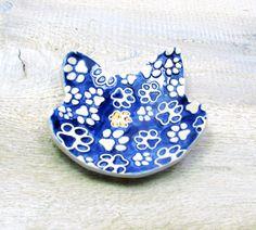 miseczka ceramiczna na biżuterię- kot i jego łapki - CeramikaGAR - Pudełka na biżuterię Ceramics, Desserts, Handmade, Crafts, Accessories, Etsy, Ceramica, Tailgate Desserts, Pottery