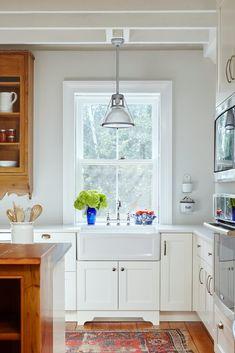 Awesome rustic design for an antique kitchen Under Kitchen Sink Storage, Corner Sink Kitchen, Kitchen And Bath, Kitchen Rug, Farmhouse Style Kitchen, Rustic Kitchen, Kitchen Ideas, Kitchen Inspiration, Porcelain Kitchen Sink