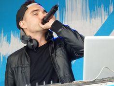 Tom se apresentando como DJ na Run to the Beat, em Wembley, na Inglaterra #CoberturaTWBR (via @_carlsss )