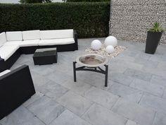 Moderne Geradlinigkeit: Terrasse mit Blaustein-Platten Azur – jonastone
