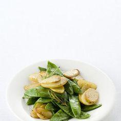 Ingredienti400 g di taccole400 g di patate novelle 2 rametti di rosmarino uno scalogno olio extravergine d