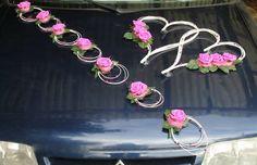 Décoration voiture mariées mariage cœurs et compositions florales couleur blanc et fushia www.bouquet-de-la-mariee.com