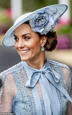 Kate joins the Queen's carriage procession arrives at Royal Ascot - Kate joins the Queen's carriage procession arrives at Royal Ascot Kate Middleton joins the Quee - Looks Kate Middleton, Estilo Kate Middleton, Kate Middleton Hats, Princesa Kate, Beauty And Fashion, Royal Fashion, Fashion Black, Fashion Fashion, Fashion Ideas