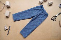Jak ušít jednoduché dětské tepláky (střih + VIDEO návod) - Prošikulky.cz Bell Bottoms, Bell Bottom Jeans, Mom Jeans, Zip, Pants, Fashion, Trouser Pants, Moda, La Mode