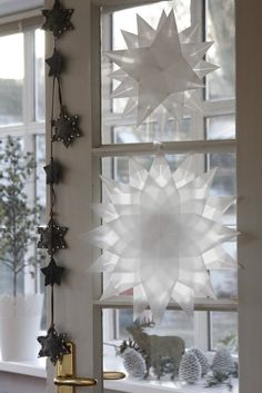 Idas Bloghaus: Basteln mit Kindern: Faltsterne aus Architektenpapier Diy Christmas Gifts For Friends, Christmas Mood, Christmas Crafts For Kids, Simple Christmas, Paper Snowflake Patterns, Front Door Christmas Decorations, Navidad Diy, Christmas Wonderland, Stars