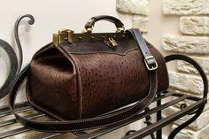 Саквояж в наличии.  По вопросам приобретения, пожалуйста в директ.  Размер по раме 35см  #helikabags #handmade #handmadebag #bags #leatherbags #leather  #leathercraft  #bagshandmade #сумка #сумканазаказ #работаназаказ #сумкамосква #купитьсумку #натуральнаякожа #детали #процесс #midi #midibags #reticule #bagsfordays #newhandbag #doctorbag #саквояж #женскийсаквояж #travelbag #ручнаякладь #багаж #сумкавсамолет