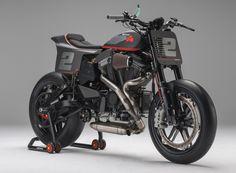 ハーレー・ダビッドソンのスポーツスターエンジンをベースに開発されたスポーツバイク「Buell(ビューエル)」を覚えていますか? 元ハーレーダビッドソンのエンジニア、エリック・ビューエル氏が製造を開始。後にハーレーに買収されて同社ブランドとして生き残るも、2009年10月に生産が中止されたブランドです。 そんなビューエルのスポーツバイクは、驚異的なショートホイールベースによる軽快なハンドリングから、一部コアなファン層に支持されていました。今回ご紹介するのは、その「ビューエル」をベースにしたレーサーです。製作したのはスペインのバレンシアに本拠地を置くBOTTpower。ベース車両がビューエルとは思えないほどの大改造が施されています。 BOTTpower XR1Rのディテール ハーレー本社のワークス・レーサーかと思えるほどの、美しい仕上がりに驚かされます。「XR」を意識したフラットトラック・レーサー風の外観ですが、タイヤをご覧いただければおわかりの通り、ロード仕様として仕上げられています。…