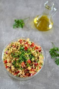 Sałatka z kaszą bulgur, ciecierzycą, papryką i ogórkiem Diet Recipes, Vegetarian Recipes, Healthy Recipes, Recipies, Healthy Salads, Healthy Eating, Healthy Food, Happy Foods, How To Make Salad