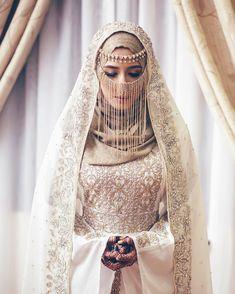 Source by ivanrossum hijab Muslim Wedding Gown, Hijabi Wedding, Wedding Hijab Styles, Muslimah Wedding Dress, Arab Wedding, Muslim Brides, Pakistani Wedding Dresses, Muslim Couples, Dress Wedding