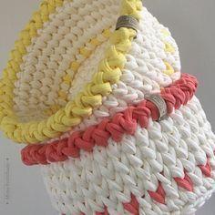 ➰E essa dupla fofa vai para a bancada do quarto das meninas! Vai ficar um charme e tudo organizadinho. Diâmetro 18cm e altura 12cm. Entre em contato e faça sua encomenda. Te esperamos via WhatsApp ou direct. #fiodemalha #crochê #artesanato #artesanal #fioecológico #sustentável #feitoamão #valorizequemfaz #feitocomamor #trapilho #trapillo #knit #handmade #brazil #crafts #feitoamão #mimopontilhado #cestodefiodemalha #cestodecrochê #cestosorganizadores #decoração #organizaçao #homedecor…