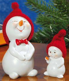 Schneemannkinder Dekofiguren 2er-Set für die Winterzeit - Die beiden lustigen Schneemannkinder mit ihren roten Pudelmützen aus Wolle erfreuen Jung und Alt.