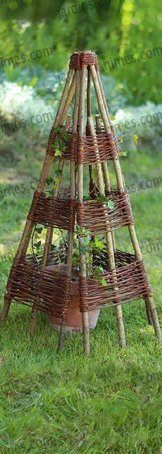 Structure en osier et noisetier pour abriter un pot, protégéer une bouture... http://fr.jardins-animes.com/pyramide-structure-noisetier-tressee-osier-p-749.html