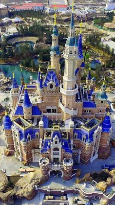 Travel Destinations Usa What To Do Beautiful Castles, Beautiful Buildings, Beautiful Places, Chateau Medieval, Medieval Castle, Places Around The World, Around The Worlds, Disneyland Castle, Disneyland Park
