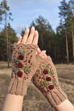 Embroidered fingerless mittens for women Knitted arm warmers with vintage style roses embroidery Crochet Mittens, Fingerless Mittens, Crochet Gloves, Knitted Shawls, Knit Crochet, Embroidery On Clothes, Embroidered Clothes, Rose Clothing, Vintage Stil