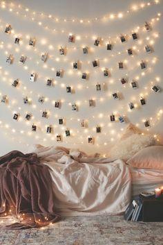 manualidades con fotos, dormitorio pequeño y acogedor con pared decorada con fotos pequeños y guirnaldas de lamparillas