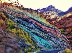 Pared de estratos de colores... San Nicolás de Tolentino, isla de Gran Canaria.