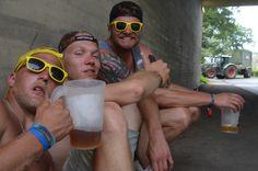 Auch außerhalb des Deichbrand-Geländes haben die Teilnehmer viel Spaß. Und Alkohol. Foto Käfer Videos, Round Sunglasses, Pictures, Liquor, Photo Illustration