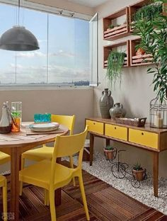 sala de jantar pequena com aparador e cadeiras na cor mostarda