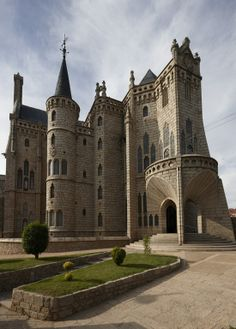The Episcopal Palace in Astorga, Spain, was built between 1869 and 1913 by Catalan architect Antonio Gaudi. Designed in the Catalan Modernisme style, it is only one of three buildings outside Catalonia built by Gaudi. Beautiful Castles, Beautiful Buildings, Beautiful Places, Modern Buildings, The Places Youll Go, Places To Go, Photo Chateau, Antonio Gaudi, Castle Ruins