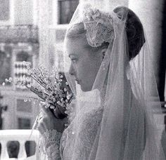 19 April 1956 Wedding Prince Rainier of Monaco & Grace Kelly. © The New Royalty World 2017 Grace Kelly Mode, Grace Kelly Wedding, Grace Kelly Style, Royal Wedding Gowns, Royal Weddings, Wedding Dress Trends, Wedding Dresses, Wedding Bouquet, Classic Hollywood