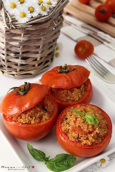 I pomodori ripieni di Quinoa sono un'alternativa semplice e gustosa ai classici pomodori ripieni di riso! I pomodori hanno pochissime calorie e sono ricchi di minerali, vitamine e antiossidanti… La quinoa è ricca di proteine, fibre e minerali, è altamente digeribile perchè priva di glutine. Contiene tutti gli 8 aminoacidi essenziali e viene considerata dai nutrizionisti un superfood