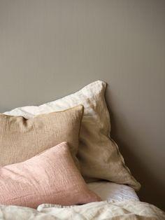 Sens 1877 Valmuefrø er en lun og god soveromsfarge. Lekker i kombinasjon med linfarger og svak rosa.